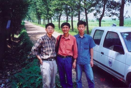 2002年7月进村(中间为高燕宁)