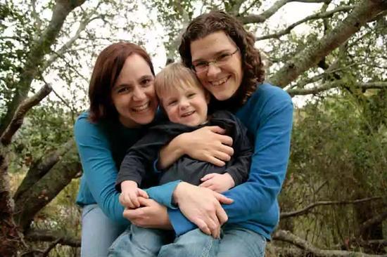 今天的同性伴侣们不得不让自己的孩子继承其他人的遗传物质。人造配子可以改变这个状况。图源:UCSF