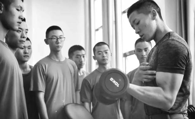 """帅到爆!军营健身""""大咖""""教你练肌肉"""