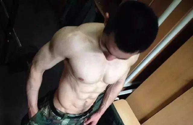 终于可以正大光明看兵哥哥的腹肌了,央视都发了