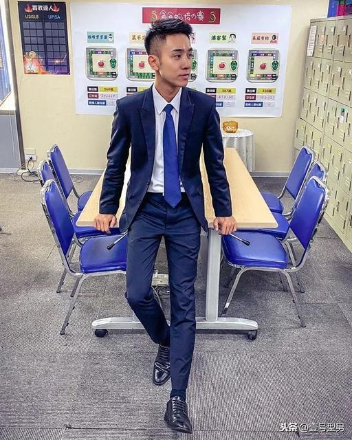 办公室里的正装帅同事,西装太帅了