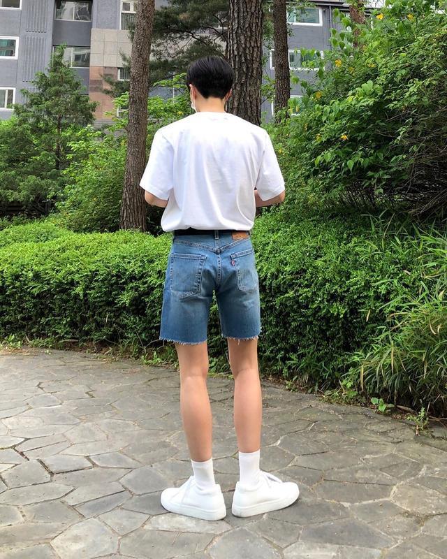 男生夏日清新帅气搭配,4套基础款T恤穿搭,穿上你就是最靓的仔